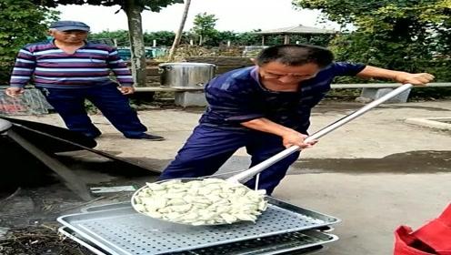 农村人吃饺子,一把超大漏勺往外盛,真豪爽!