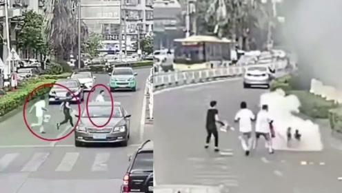路边起火,等车男子被引燃,3名路人冲过车流救人!网友:帅气的身影