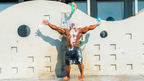 美女海滩日光浴遭恶搞,永远也洗不完的洗发水,黑人小哥已崩溃!