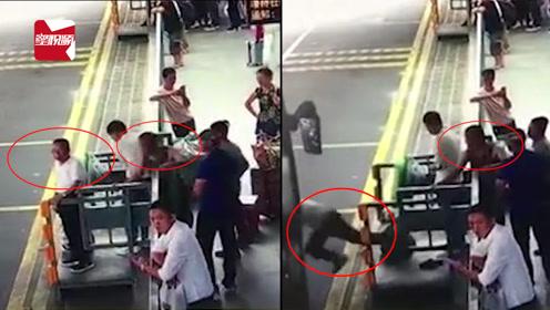公交进站瞬间,男子竟伸脚将76岁老人踹下站台:故意杀人罪