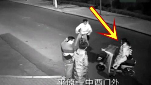 深夜女孩骑车停在路边,瞬间丢掉生命,家人回看监控不能接受!