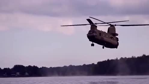 支奴干直升机在水面低空飞行,士兵一个个从机舱内往水里跳