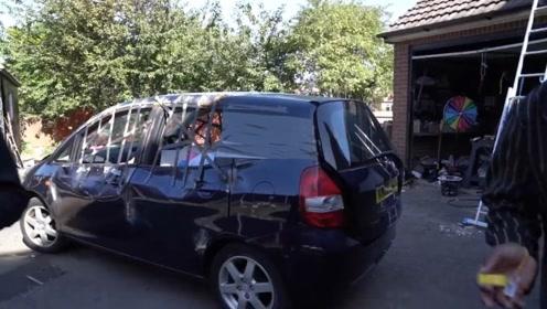 被钢筋封住的汽车,里面装满了奖品,只要你拿得到就都是你的