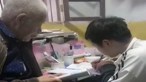 80岁的爷爷辅导孙子英语,眼前一幕,真是让我自愧不如啊!