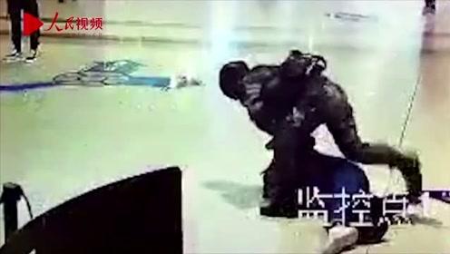 """男子持棍袭击执勤武警7秒被KO 网友:深夜""""送人头""""?"""
