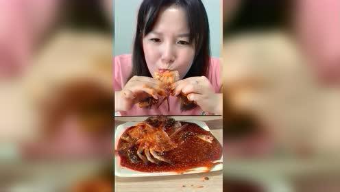 看美女直播吃酱母蟹,一声不吭就知道吃!网友蘸点辣椒吃更香!