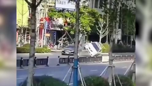 """监拍闹市区两轿车相撞 """"轰隆""""一声四轮朝天 2名女司机紧急逃生"""