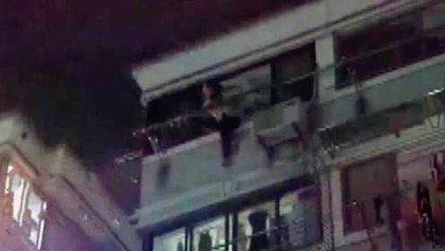 女子跳楼轻生被挂5楼阳台晾衣杆上:我不想活了,让我死!