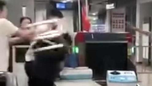 乘客拿凳子猛砸地铁安检员:不配合安检,警方已介入