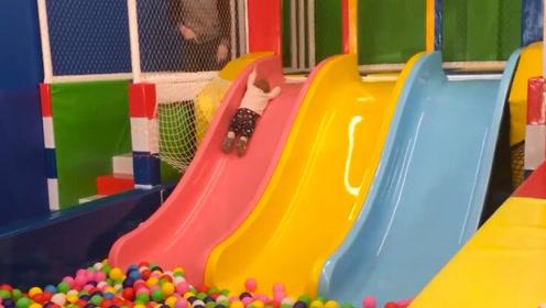 小宝宝第一次玩滑梯,一直不愿意下去,接下来的举动更是笑翻众人