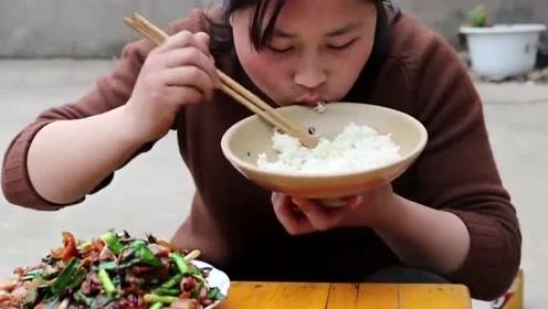一个3斤重的大河蚌,胖妹一下买了10个做料理,这筷子从没停下过