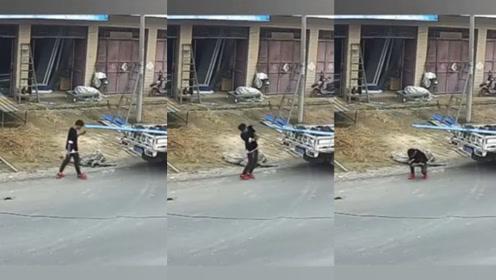少年边走路边低头玩手机 径直撞上铁皮瞬间头破血流