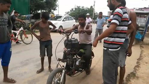国外牛人用废旧零件改装,油电两用摩托车,当地人都说他聪明