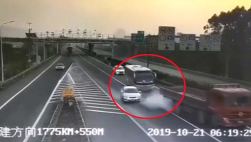 35人险丧命!小车高速上强行实线变道停车致3车连撞