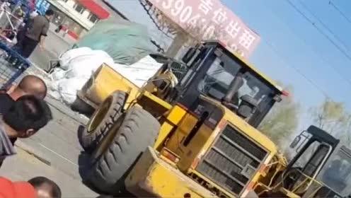 大货车过铁道口车子坏了!两铲车连车带货铲出去!