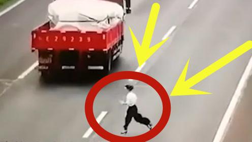 """女司机高速违停下车""""乱窜"""",不仅没被罚,反获交警连连称赞?"""