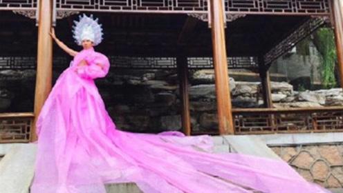 把塑料膜穿出婚纱气质的东北小伙,有人说他搞怪,也有人点赞