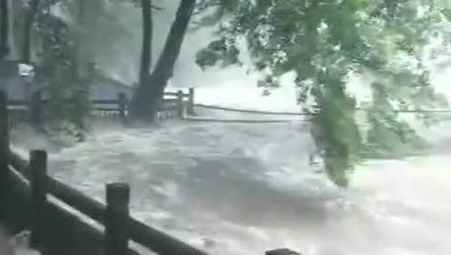 来景区的人都不是来玩的!可能是来渡劫的!这水流也太吓人了