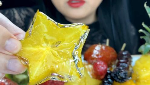 满满一桌什锦水果,裹着晶莹剔透的糖,小姐姐咬一口还掉糖渣渣
