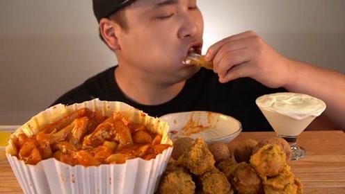 韩国小伙吃外卖,芝士炒年糕炸鸡腿,吃到满头大汗