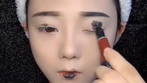 妹子挑战死亡黑色口红画全脸妆,没想到画完竟这么酷!