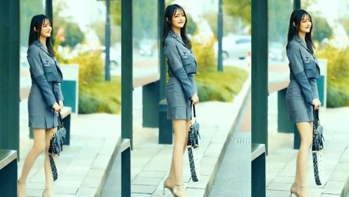 灰色的时尚衬衫搭配灰色短裙,小姐姐害羞调皮的模样可爱极了!