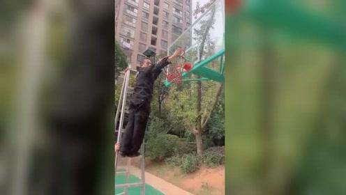 知道为什么中国篮球发展不起来吗?小区早上九点半给篮球网开锁