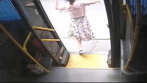 多角度还原:坐过站着急下车 女子下公交车瞬间遭渣土车碾压