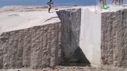 印度人民果然不一般,用挖掘机这样采石头,你见过吗?