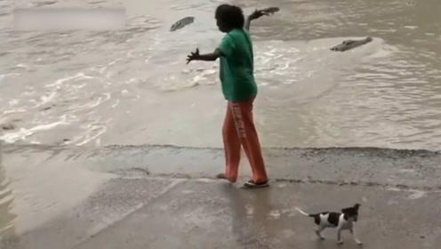 开挂的印度民族,敢拿着拖鞋吓唬鳄鱼,关键是鳄鱼还真吃这一套