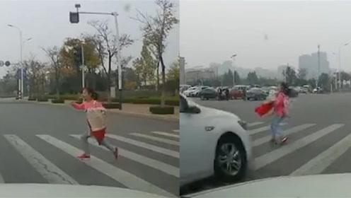20岁男子驾车闯红灯撞飞9岁女生 监控拍下恐怖瞬间
