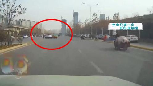 出租车为拉客任性左转,瞬间造成3连撞,大妈:车轮子就在我眼前飞过