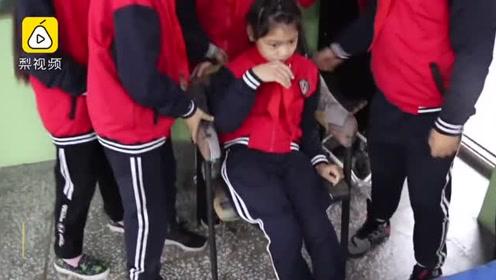 为方便脑瘫女孩上学,班级设在1楼4年不换,同学推她上学如厕