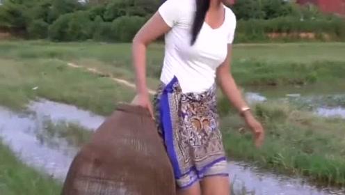 柬埔寨的这位美女很漂亮很勤劳,每天在河里捕鱼为生