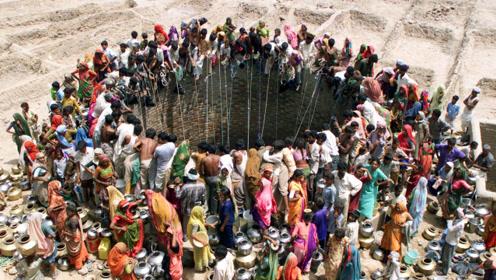 印度村庄眼看要断水,村民马上挖了口大井,这个工程太壮观了