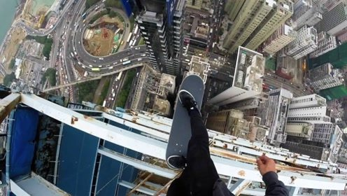 老外在30层楼顶,挑战极限滑板,网友:一失足成千古恨