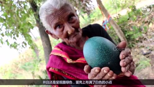 """老奶奶在丛林捡到""""绿色巨蛋"""",用斧头才将其劈开,打开后惊艳了"""