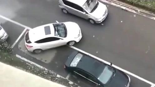 """""""不料下一秒"""",被老司机""""抢了车位"""",监控拍下""""搞笑画面""""!"""