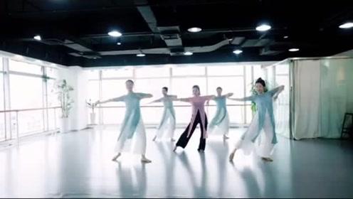 久违的一曲古风《青花瓷》,舞者们在室内齐跳,舞姿优美!