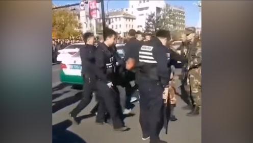 现场!男子酒后驾车持尖刀与警方对峙 警察荷枪实弹将其团团包围