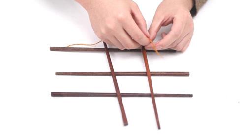旧筷子不要扔,用绳子绑一绑挂在阳台,全家人都夸好,太实用了