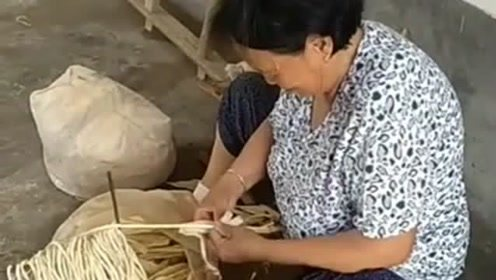 这是传统老手艺了,奶奶用玉米皮制作的绳子,用起来很结实!