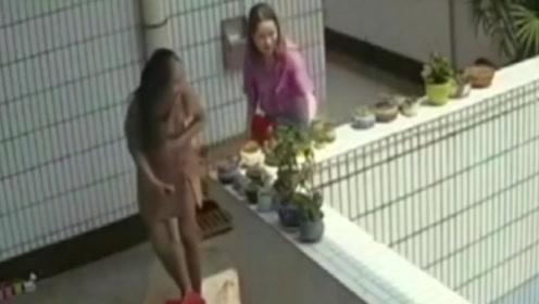 俩女孩楼道鬼鬼祟祟,调出监控,恶心举动令人咋舌!