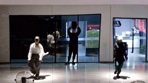 舞者们室内舞一曲超火的《无羁》,是不是穿上汉服就更好看了!