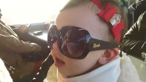 Emilia终于坐上真的火车,戴上墨镜,萌的不要不要的