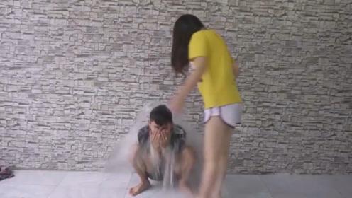 美女将装满水的球丢下,男友瞬间变落汤鸡,下一秒举动亮了!
