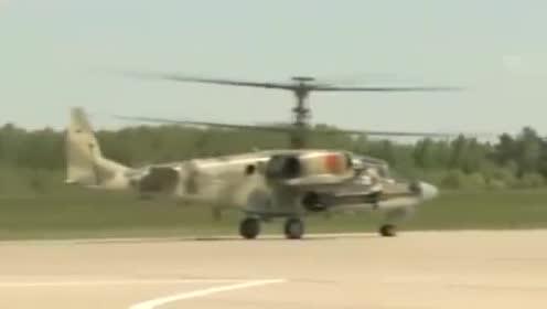 拍摄武装直升机起飞,拥有两个螺旋桨,迷彩机身