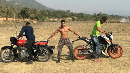 小伙徒手抓住两辆摩托车,以为自己能赢,20秒后尴尬了!