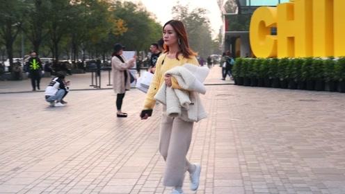 三里屯街拍:温暖的毛衣,色彩丰富,配裤子或长裙,都不错