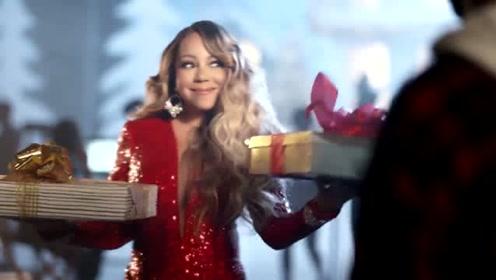 牛姐的新小品来了,你以为她在录制圣诞神曲,其实她在用海豚音抢零食
